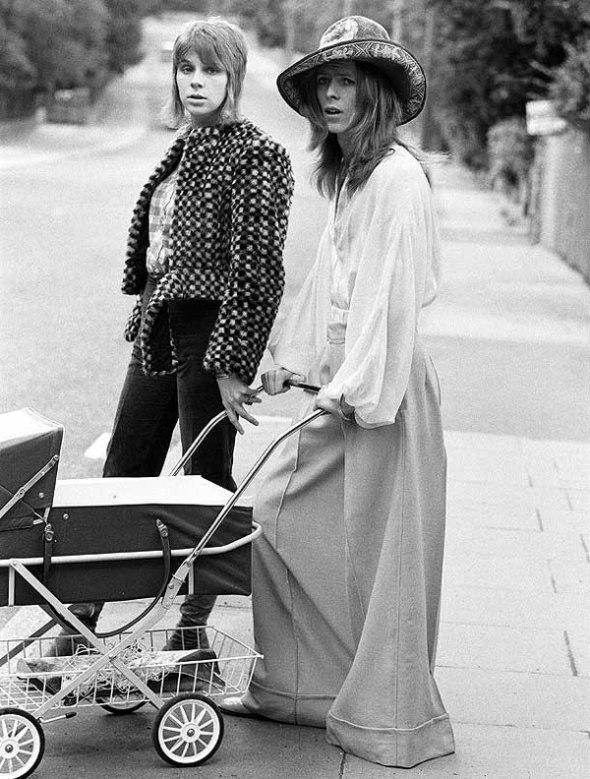 Bowie llevando el cochecito.