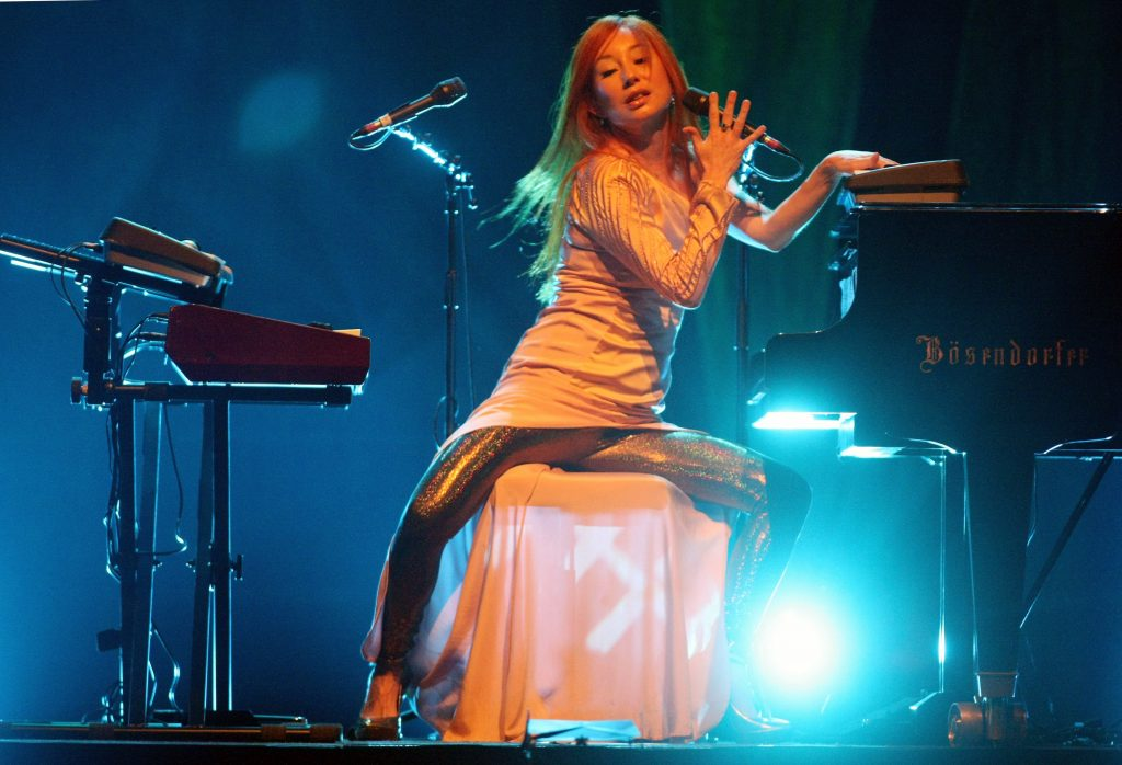 BERLIN - OCTOBER 07: Singer Tori Amos performs at the Tempodrom on October 7, 2009 in Berlin, Germany. (Photo by Sean Gallup/Getty Images)