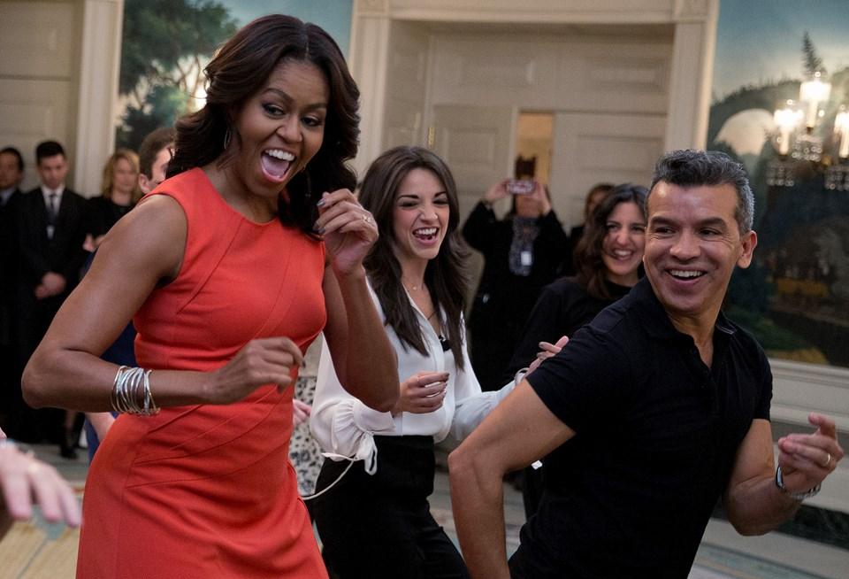 Mihelle Obama baila con Gloria la Conga.