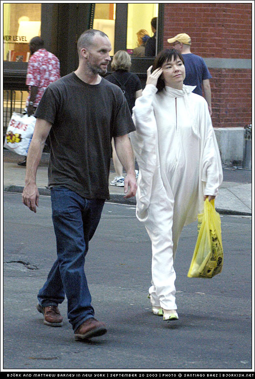 ©2003 RAMEY PHOTO AGENCY/SANTIAGO BAEZ 310-828-3445 New York, September, 20, 2003 Island pop singer BJORK goes with her boyfriend at Starbuck's cafe on East Spring, NYC. PG